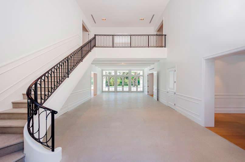 Лестница с коваными перилами в доме