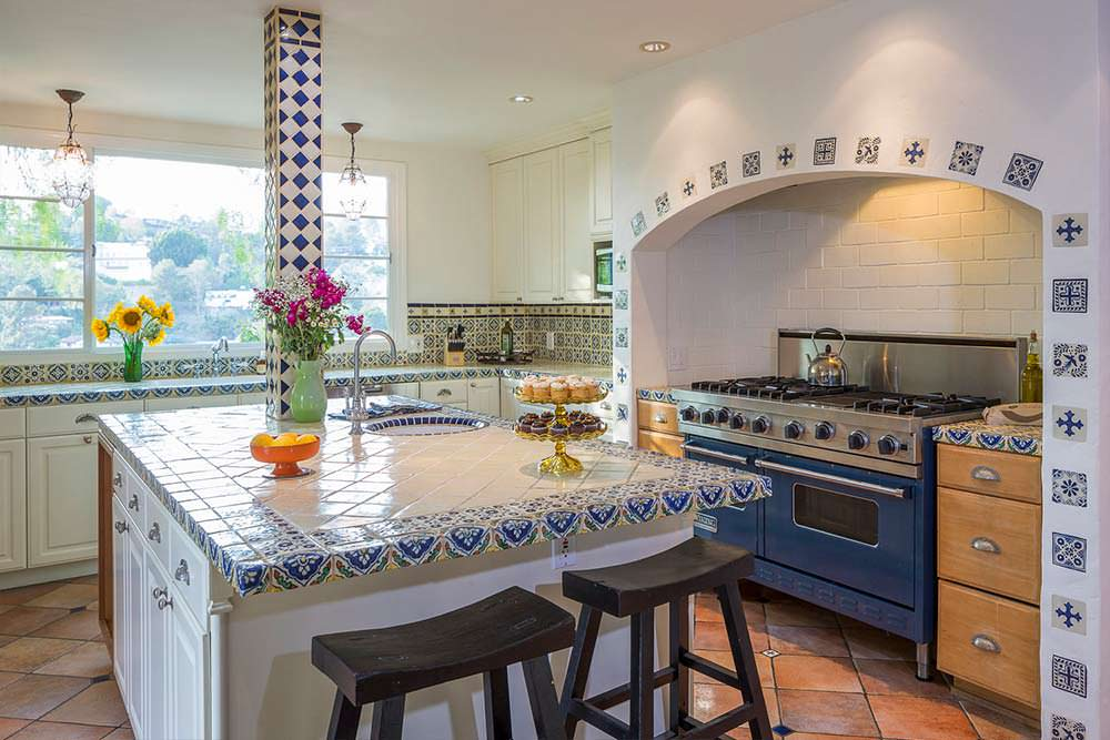 Кухня с большим островом в средиземноморском стиле