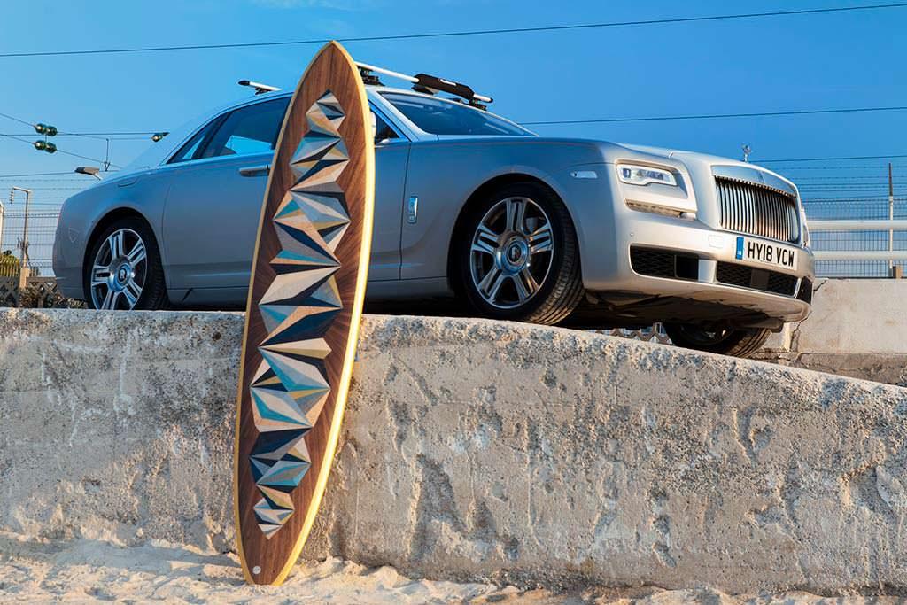 Rolls-Royce Ghost и доска для серфинга из древесины павловния