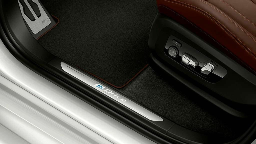 Надпись на дверных порогах eDrive в BMW X5 xDrive45e
