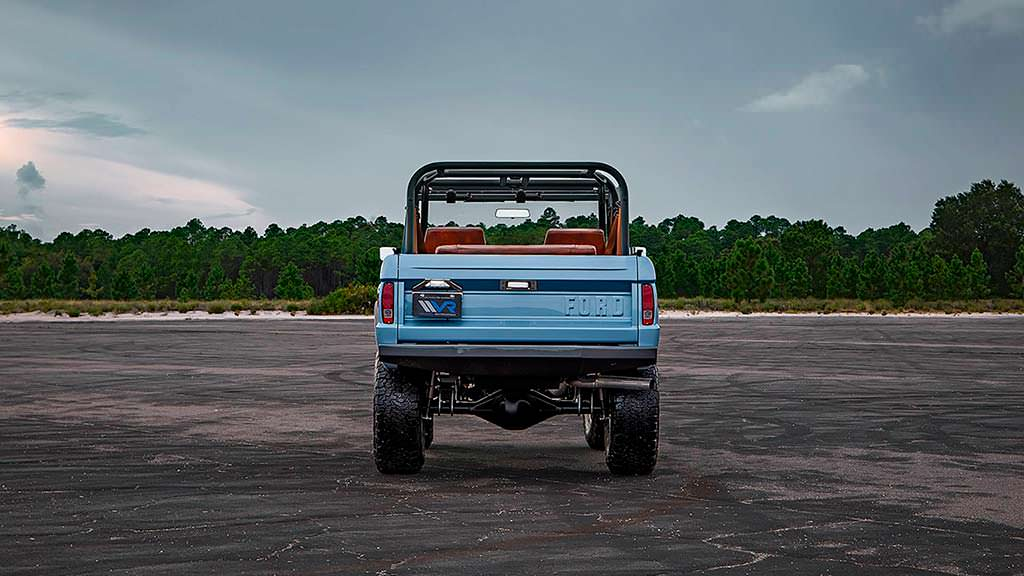 Классический внедорожник Ford Bronco с двигателем Ford Racing