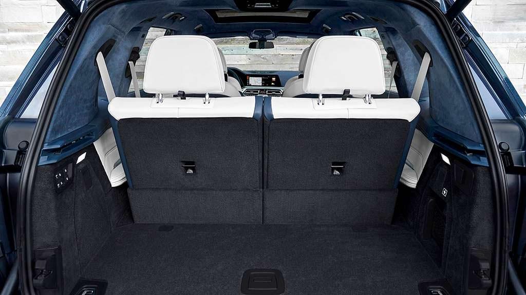 Багажник BMW X7. Вместительность 1376 литров