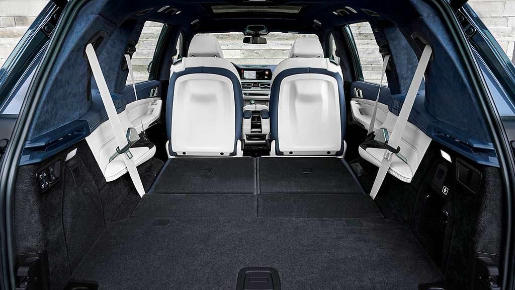 Багажник со сложенными сиденьями BMW X7 на 2560 литров