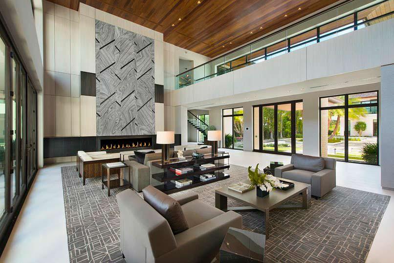 Шикарная гостиная с высоким камином