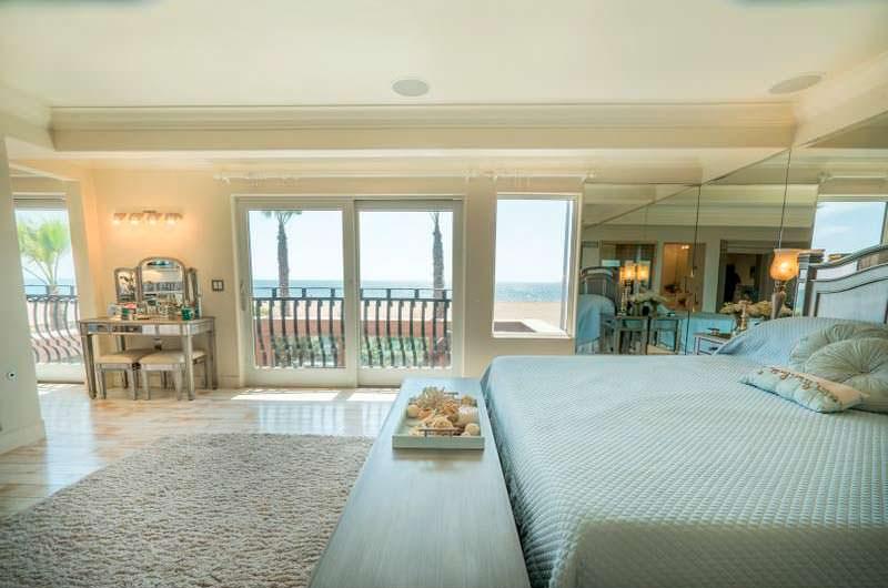 Спальня с выходом на балкон и видом на океан