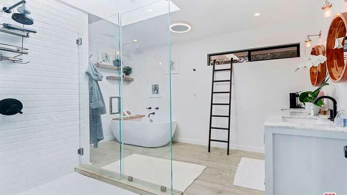 Дизайн ванной комнаты со стеклянной стеной