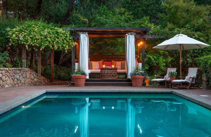 Беседка и бассейн у дома