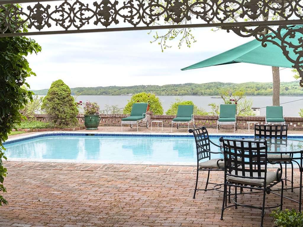 Панорамная терраса с бассейном и видом на Гудзон