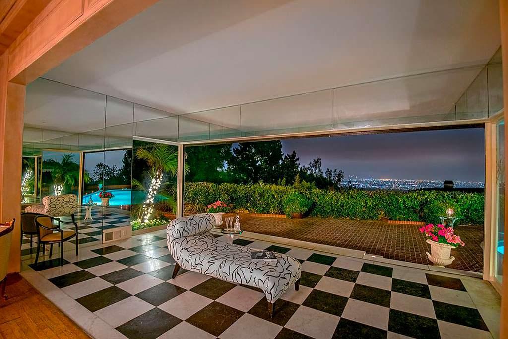 Комната с зеркальными стенами и видом на Лос-Анджелес