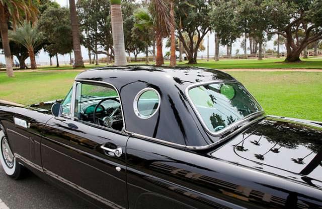 Черный Ford Thunderbird 1956 года выпуска