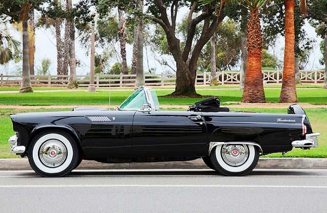Классический Ford Thunderbird 1956 года выпуска