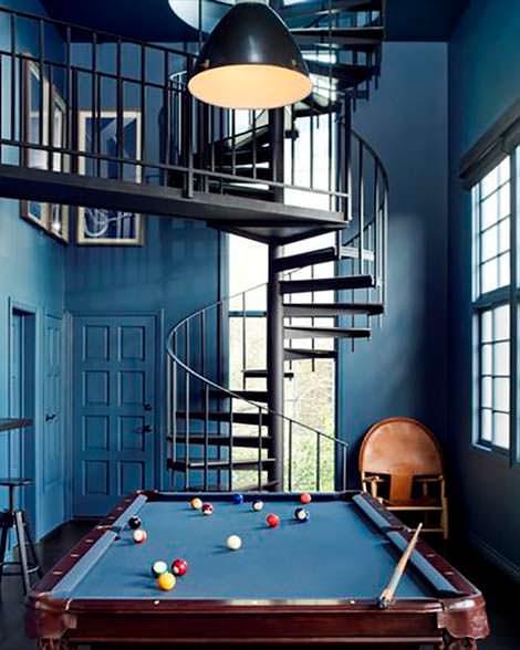 Винтовая лестница между 4 этажами дома