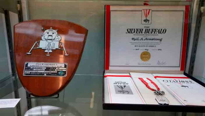 Коллекция сувениров астронавта Нила Армстронга уйдет с молотка