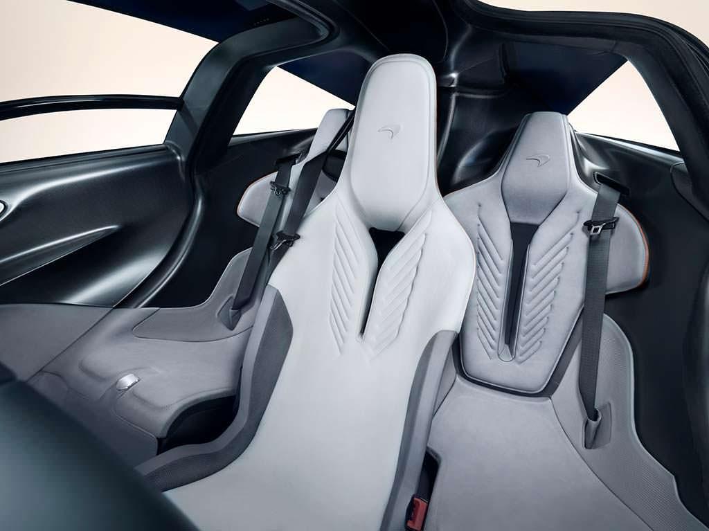 Водительское сиденье в центре McLaren Speedtail