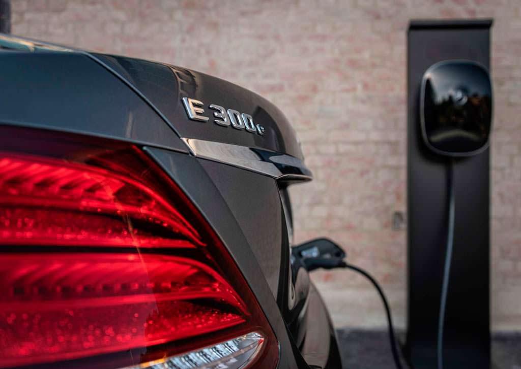 Гибрид Mercedes-Beenz E300e: зарядка до 100% за 1,5 часа