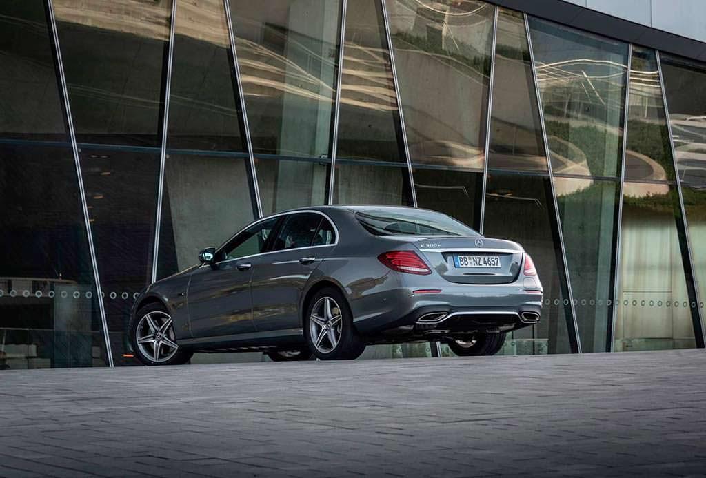 Гибрид Mercedes E300e. Расход топлива 2 л / 100 км.