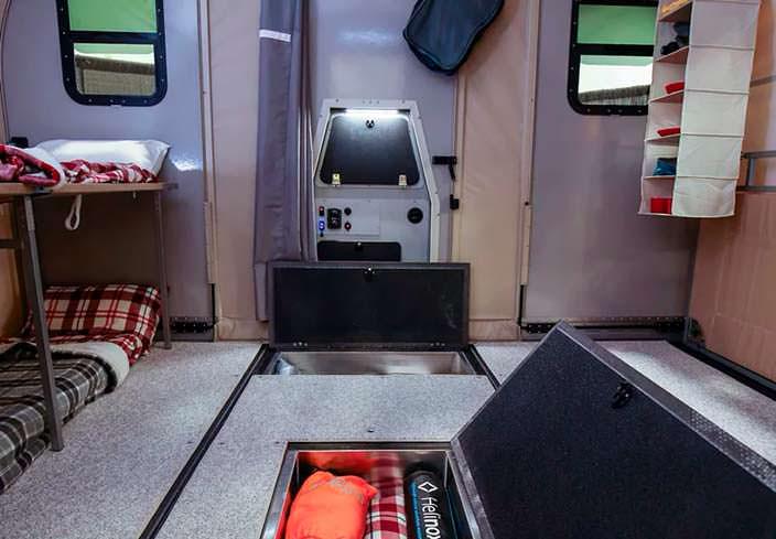 Отсеки для хранения вещей внутри кемпера Camp365