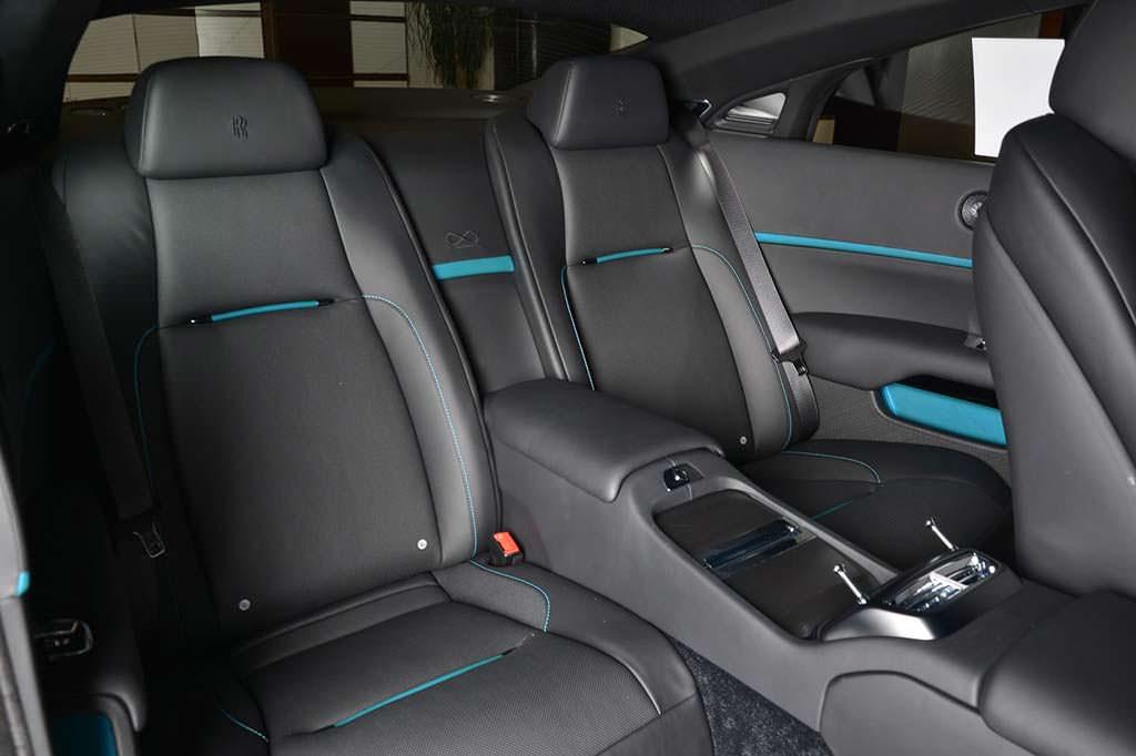 Двухцветный кожаный салон Rolls-Royce Wraith Black Badge