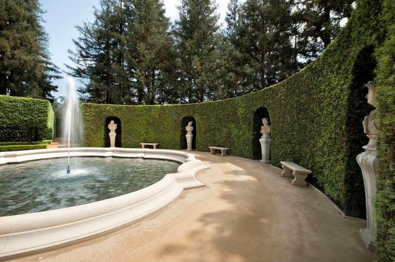 Красивый фонтан у дома