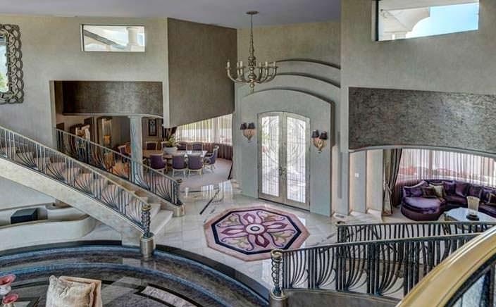 Парадные лестницы в фойе дома