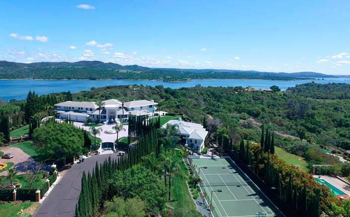 Дом Эдди Мерфи с теннисным кортом