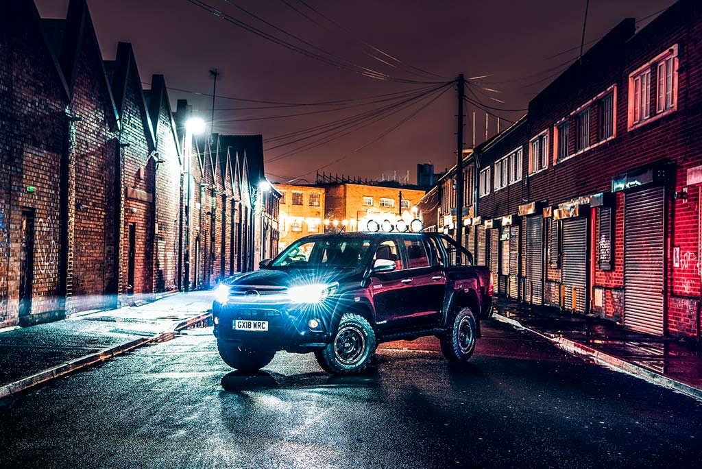 Toyota Hilux Invincible 50 с прожектором на крыше
