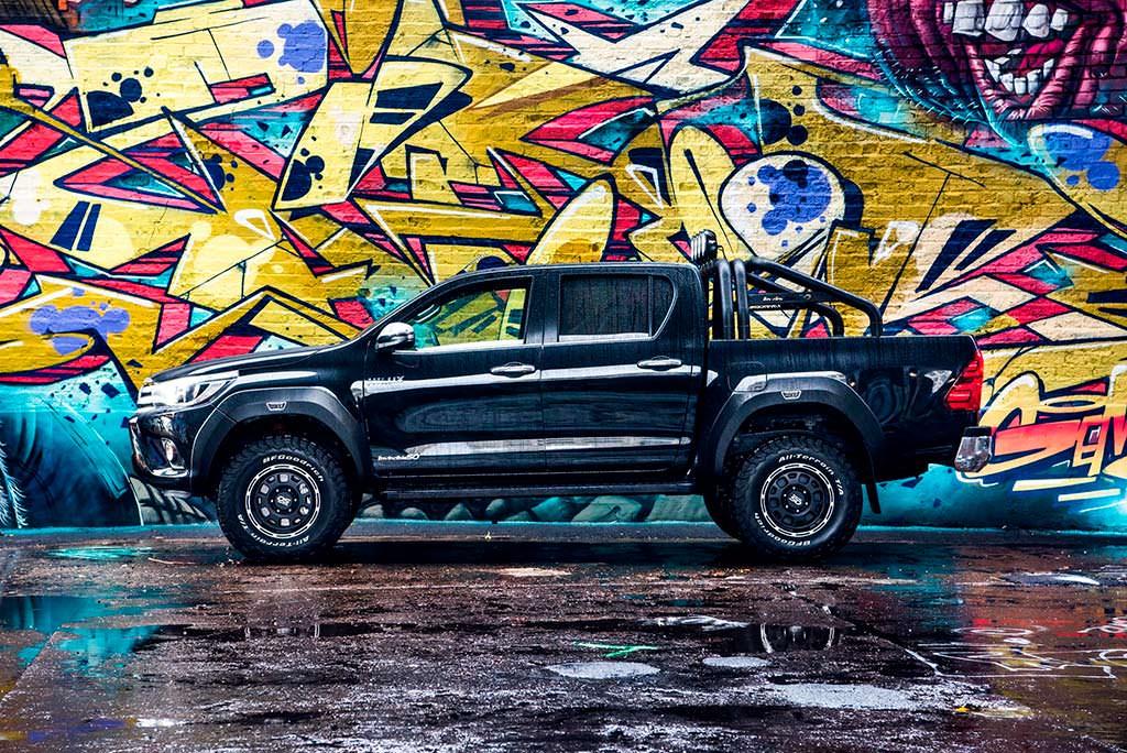 Юбилейный пикап Toyota Hilux Invincible 50