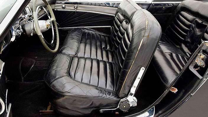 Сплошной диван вместо сидений в салоне Cadillac Die Valkyrie