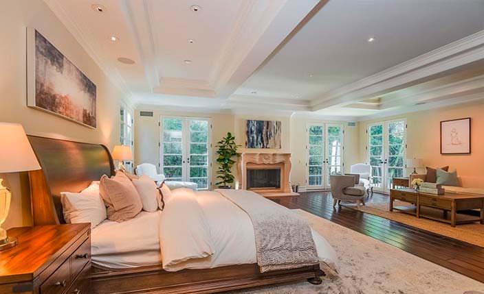 Большая спальня с камином