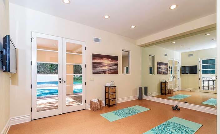 Домашняя студия йоги со стеклянной стеной