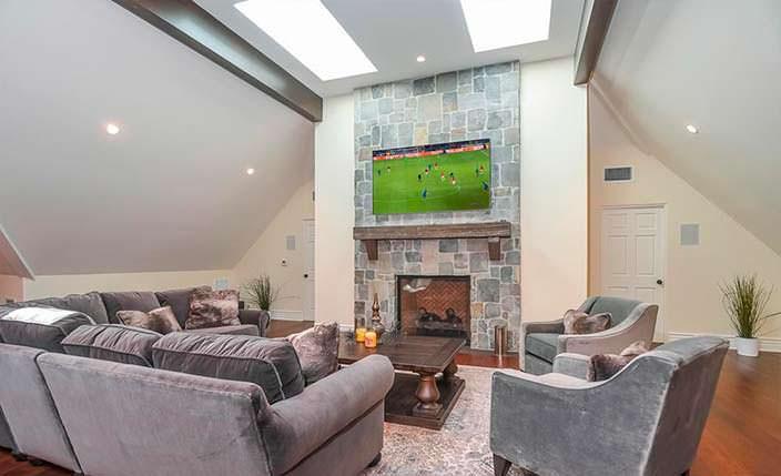 Игровая комната с телевизором и камином