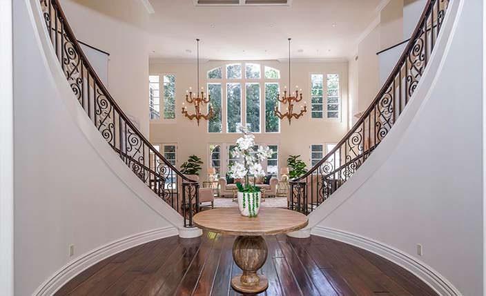 Двухэтажный зал с двумя изогнутыми лестницами