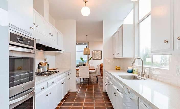 Узкая кухня в стиле камбуза