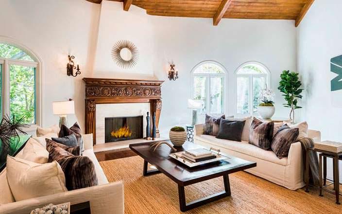 Уютная гостиная с красивым камином