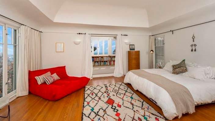 Спальня с балконом в доме Марлона Брандо