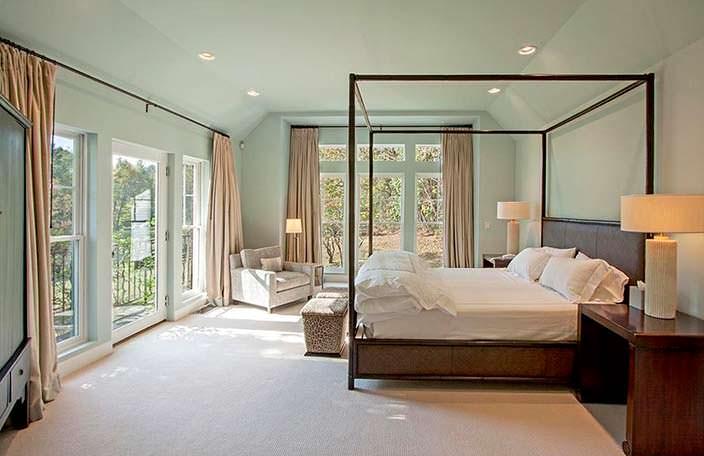 Спальня с балконом в доме знаменитости