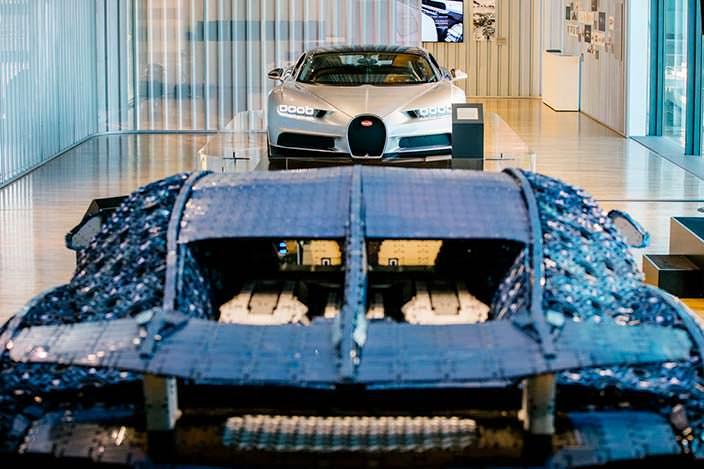 Lego Bugatti Chiron и настоящий Chiron в музее Autostadt