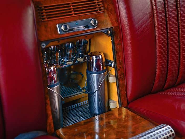 Мини-бар в подлокотнике Mercedes-Benz 600 Pullman 1969 года