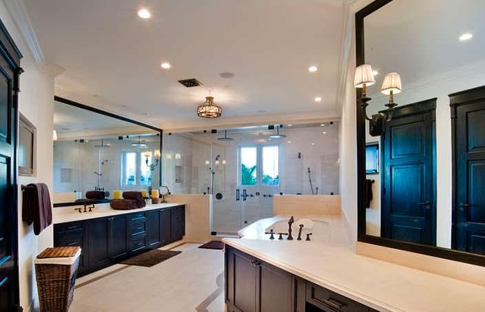 Дизайн одной из 15 ванных комнат в доме