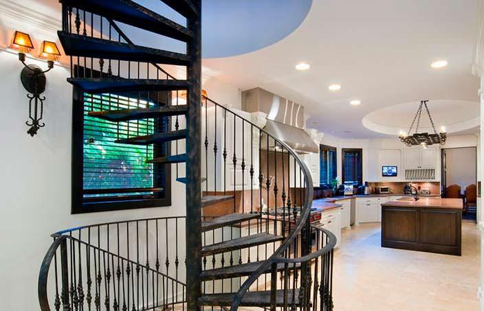 Винтовая лестница в дизайне дома