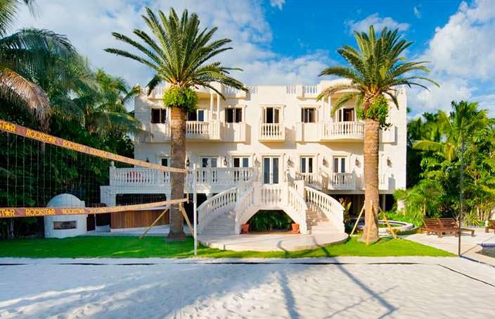 Дом с собственной площадкой для пляжного волейбола