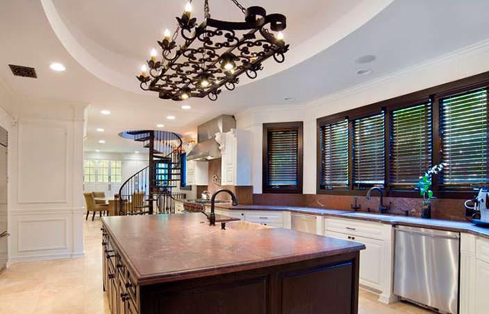 Кухня с большим островом в доме Birdman