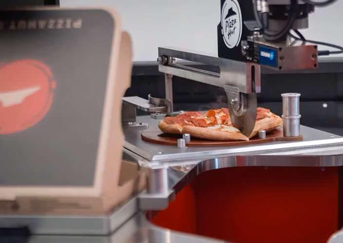 Рука-манипулятор разрезает пиццу в Toyota Tundra PIE Pro