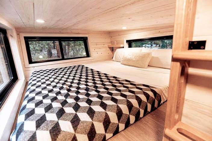 Большая спальня в доме на колесах Draper RV
