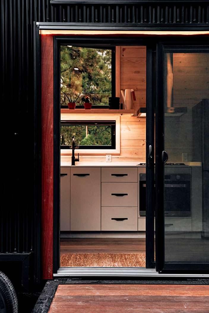 Укомплектованная кухня в доме на колесах Draper RV