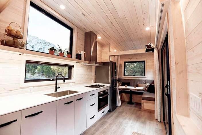 Кухня с обеденным уголком в доме на колесах Draper RV