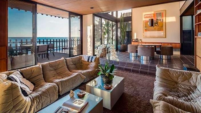 Гостиная с балконом и видом на Тихий океан