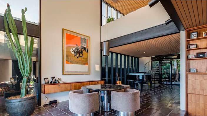 Двухэтажная гостиная в доме