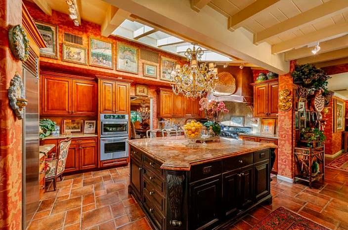 Большой остров на кухне в доме