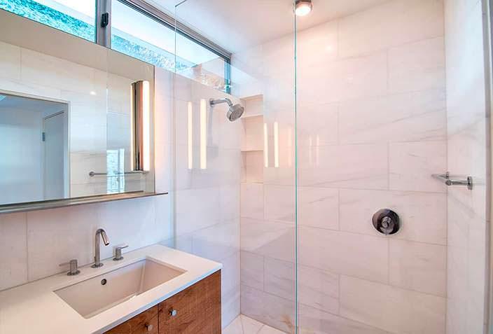 Стеклянная душевая кабинка в ванной